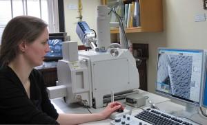 Marei Hacke undersøger en gummi genstand med SEM