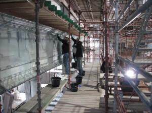 Der arbejdes på mellen metalstivere og trædæk
