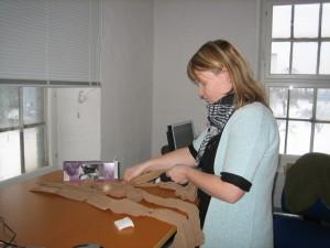 Konservator Kathrine Segel pakker de mange små plastprøver ind i nylonstrømper
