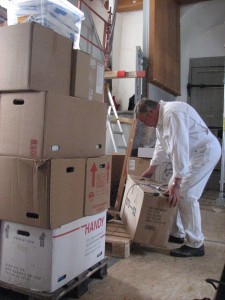Søren Møller stiller kasser klar til vognmanden, der afhenter fredag