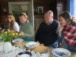 Konservatorer omkring bordet