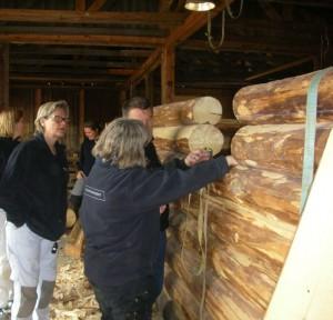 Konservatorer studerer bygningskonstruktion af tømmer