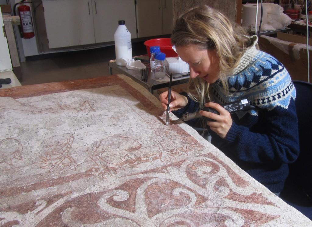 Johanne konserverer kalkmaleriet