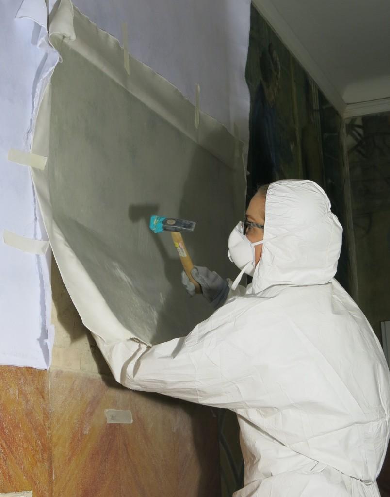 Maleriet bankes ned med hammer