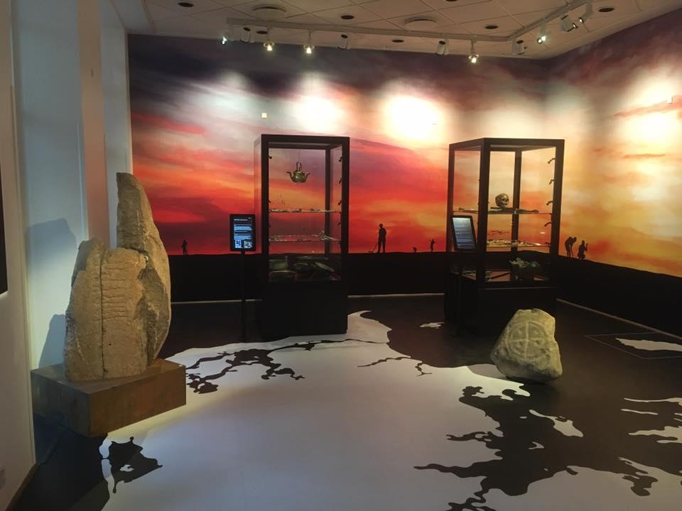 Runestenen i monteret stand og placeret i udstillingen. På gulvet ses Danmarkskortet, og Ydby-stenen står selvfølgelig i Thy. Foto: Susanne Trudsø, Nationalmuseet.