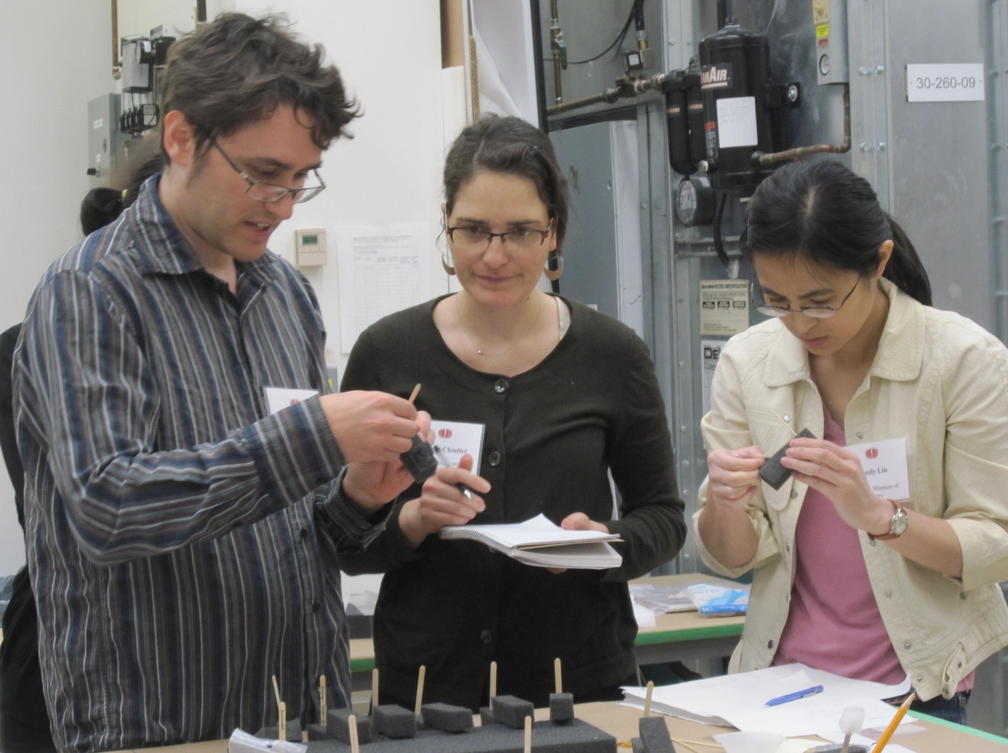 Deltagerene undersøger klistret nedbrydning af PVC