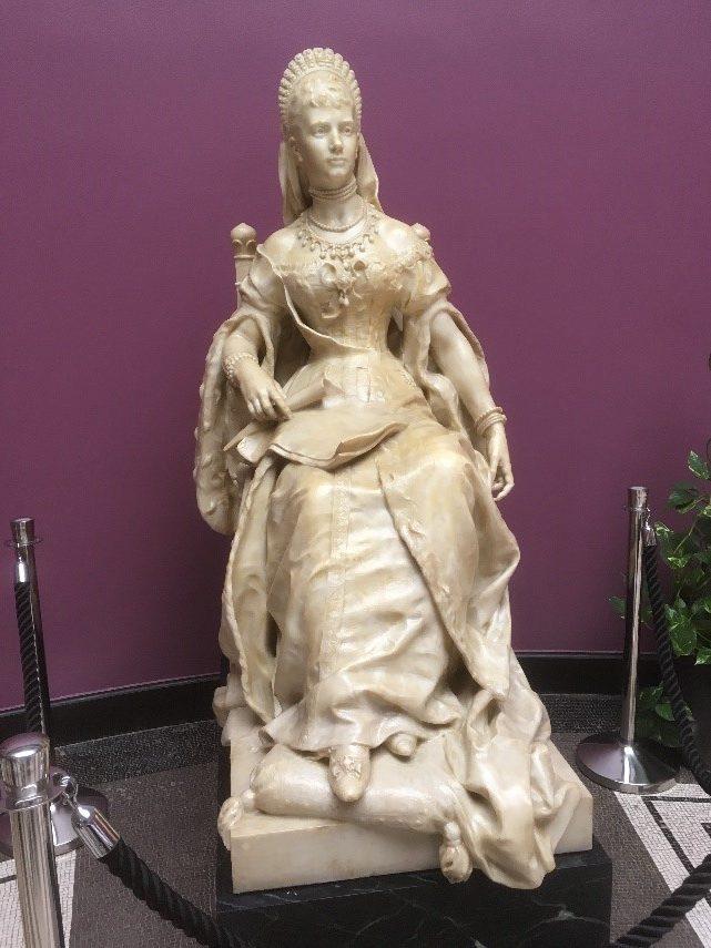 Skulpturen er påført latex, som næste dag er den afhærdet og fremstår da gulligt.