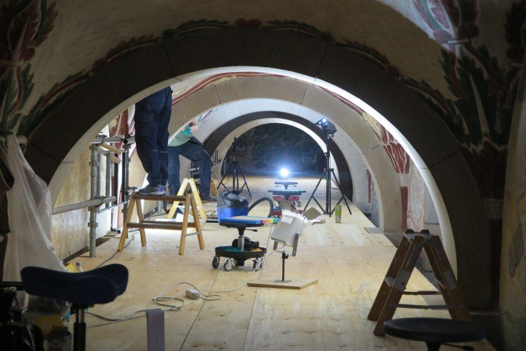 Arbejdet er i gang på stilladsets øverste dæk.