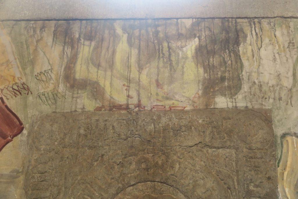 Nordre sideskibs 2. fag. Vægfelt hvor beskidt kondensvand fra vinduet er løbet ned over maleriet.  Herved er snavs trukket ind i overfladen.
