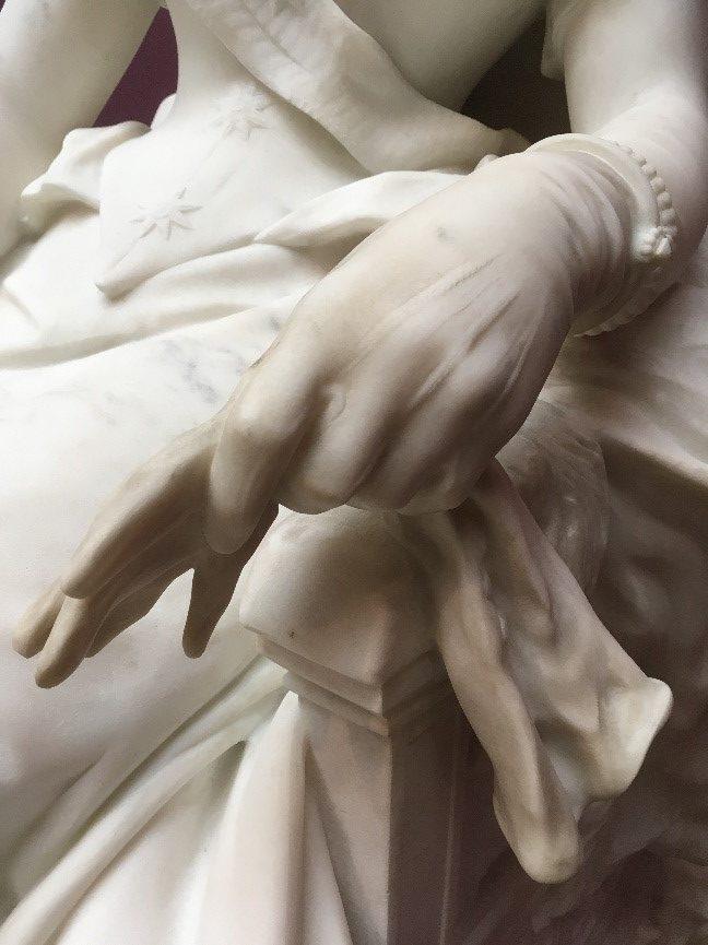 Kjolen er dampafrenset, mens afrensningen af handskerne endnu mangler.