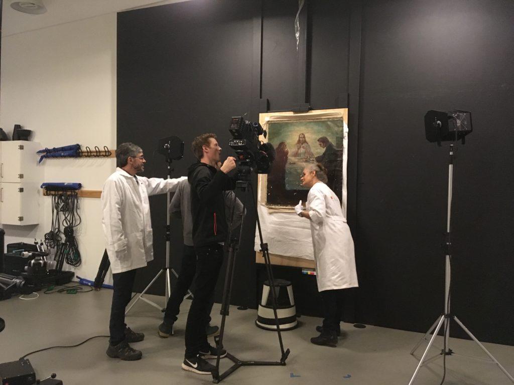 Maleriet undersøges for skader i farvelaget. Foto: Nationalmuseet