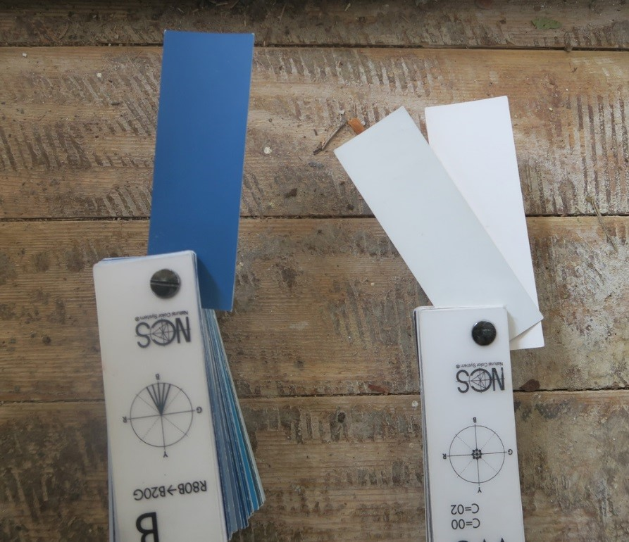 Sammen med det blåblomstrede tapet var træværket malet i hhv. hvid og blå. Den blå markerede døren til stuen samt trappen til tegnestuen på 1. sal, døre til mere inferiøre rum, som køkken og bad, var hvide. Altså en farvesætning defineret ud fra funktion. Den blå er også anvendt som farvemarkør andre steder i huset. Foto: Nationalmuseet, Line Bregnhøi
