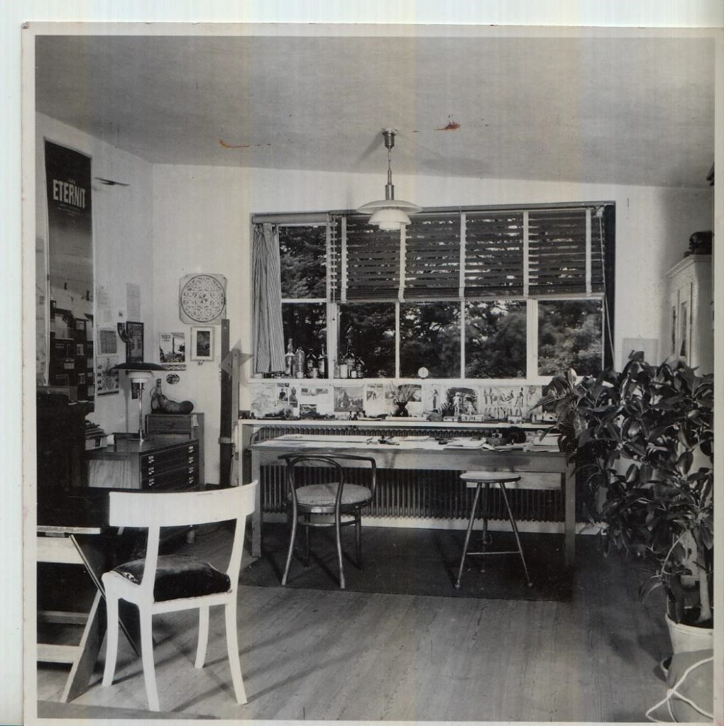 Ældre foto af Viggo Møller-Jensens tegnestue. På fotoet fremstår radiatoren under vinduet med en mørk farve. Denne viste sig at være en ren okker, i et ellers hvidt rum. Foto beroende hos Realdania By & Byg.