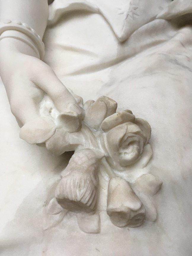 Hånden er dampafrenset, mens blomsterne endnu ikke er afrenset. Blomsterne henviser til den engelske rose og den skotske tidsel.