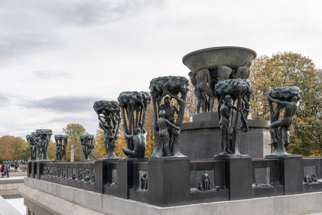 Billedet viser det hjørne af springvandet, der er renset og overfladebehandlet i sommeren 2019, bagerst til venstre i billedet ses skulpturgruppen, der afventer behandling. Foto: Vigeland - museet.