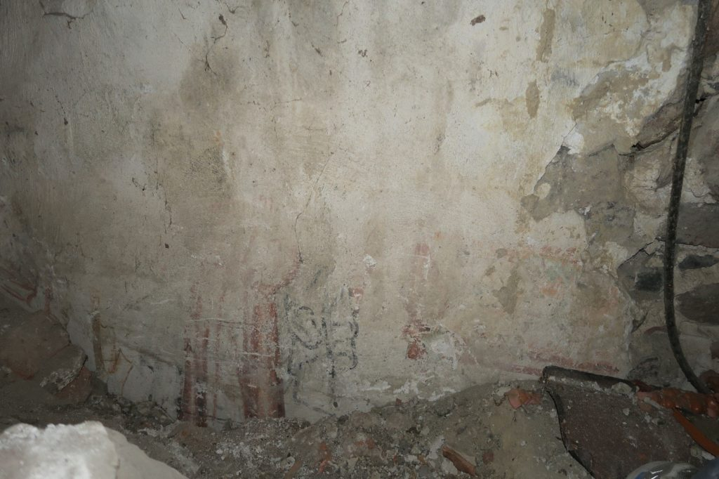 Fragmenter af klædedragt. Korets vestre fag, nordvæg, mod øst. Foto: Nationalmuseet Ida Haslund, 2019.