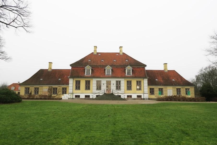 Lindholm gods, opført o. 1730 for Scheel-Plessen slægten, tegnet af arkitekt J.C. Krieger. Foto: Nationalmuseet, Line Bregnhøi