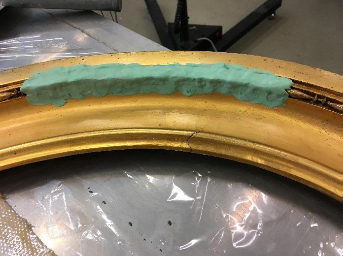 Her ses, hvordan man laver en afstøbning (en form) af den eksisterende perlestaf, så man kan støbe en ny, der limes på, hvor perlestaffen mangler, og slutteligt retoucheres.