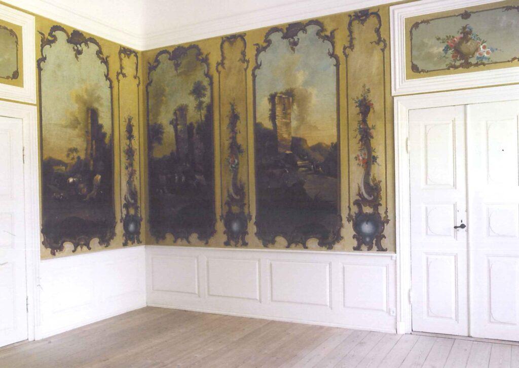 Tyrebyholm. Nationalmuseets konservatorer har restaureret de rokoko-dekorerede væglærreder i kabinettet. Foto: Nationalmuseet, Roberto Fortuna