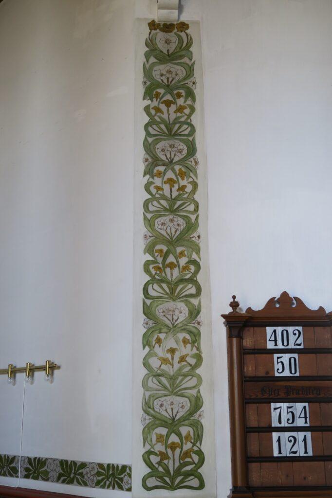 Fig. 3: Blomster- og bladranke i skønvirkestil fra koret i Balle valgmenighedskirke, nær Jelling, o. 1885-1915. Ukendt maler. Foto: Nationalmuseet, Ida Haslund 2019.